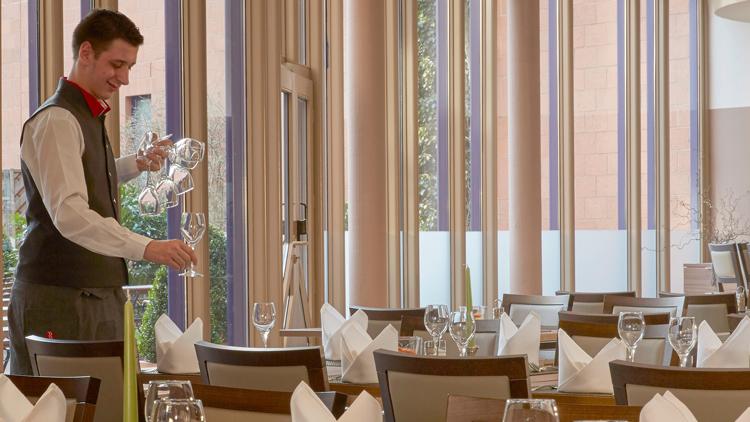 Aushilfe Service (m/w/d) - Hotel Brunnenhaus Schloss Landau