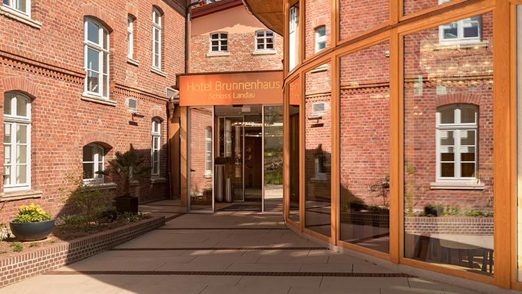 https://video.h-hotels.com/karriere/hotelbilder/aussenansicht-eingang-01-hotel-brunnenhaus-schloss-landau.jpg